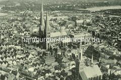 Historische Luftaufnahme / Flugbild von Lübeck Häuser in der Lübecker Altstadt - Marienkirche und Petrikirche.