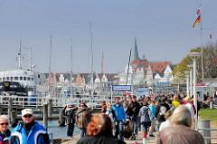 Hafenpromenade an der Trave in Travemünde - im Hintergrund der Kirchturm der St. Lorenz Kirche.