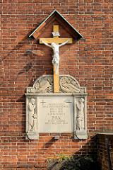 Fassade St. Joseph Kirche in Lübeck Kücknitz - Gedenkstein mit Holzkreuz; Inschrift: Unseren Toten des 1. und 2. Weltkrieges zum Gedenken.