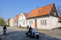 Unterschiedliche Baustile - Wohnhäuser in der Torstrasse von Lübeck-Travemünde - Motorradfahrer, Radfahrer und Fussgänger.