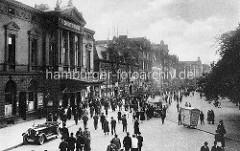 Historische Ansicht vom Hamburger Spielbudenplatz - Operettenhaus; Pkw Cabrio - SpaziergängerInnen.