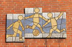 Fassadendekor, Mosaik - Fussball spielende Jungen / Ballspiel, Gertraud Boelter-Evers; ehem. Turnhalle - Schule an der Siemser Landstrasse, ehem. Luisenhof-Schule in Lübeck