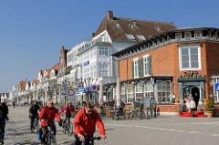Travemünder Strandpromenade; sie wurde 1899 eingerichtet und gilt einer Breite von 20 Metern und einer Länge von 1,7 Kilometern als schönste Flaniermeile von Schleswig-Holstein.