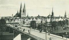 Brücke über die Trave - historisches Panorama mit den Kirchtürmen der Hansestadt Lübeck.