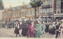 Spielbudenplatz in Hamburg St. Pauli um 1900 - Passanten mit Strohut und Zylinder, Gebäude mit Panoptikum.