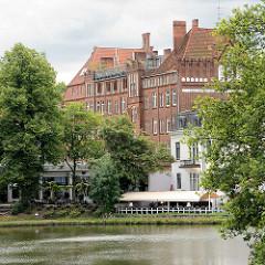 Blick über den Mühlenteich zum Backsteingebäude der Alten Stadtwache.