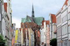 Blick durch die Glockengießerstraße in der Hansestadt Lübeck zum Kirchenschiff der St. Katharinenkirche; Bettelordenkirche aus dem 14. Jahrhundert.