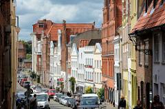 Historische Architektur in Lübeck - mehrstöckige Gebäude in unterschiedlichen Baustilen - Blick durch die Engelsgrube Richtung Trave.