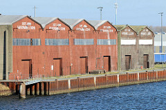Lagerhäuser mit Holzfassade - Blick über die Trave, Hafen Hansestadt Lübekc.