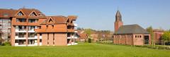 Pommern-Zentrum in Travemünde; 1988 der Pommerschen Landmannschaft übergeben - re. die Versöhnungskirche.
