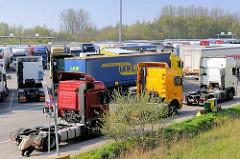 Auf einem Parkplatz abgestellte Zugmaschinen und Lastwagen am Skandinavienkai in Lübeck Ivendorf.
