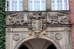 Stuckdekor über dem Eingang zum Johanneum in Lübeck - Lübecker Wappen mit Doppeladler.
