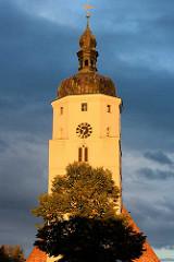 Kirchturm der Paul Gerhard Kirche in Lübben ( Spreewald ). Die Kirche wurde zwischen 1494 und 1550 errichtet - von 1669 bis zu seinem Tod 1676 war der Liederdichter Paul Gerhardt an der Kirche als Pfarrer tätig.