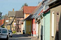 Wohnhäuser mit Fachwerkkonstruktion oder farbiger Putzfassade - Lübbenau / Spreewald.
