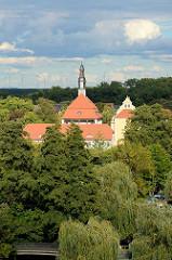 Luftansicht vom Lübbener Schloss - Schlossgebäude zwischen Bäumen.