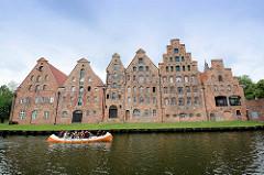 Historische Salzspeicher an der Trave in der Hansestadt Lübeck - erbaut zwischen 1579 und 1745; Baustil der Backsteinrenaissance / Backsteinbarock.