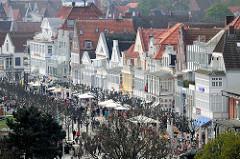 Blick auf die Travemünder Strandpromenade;  Häuser in unterschiedlicher Architekturform / Baustil Bäderarchitektur.