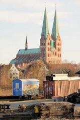 Blick über das Gewerbegebiet am Lübecker Hafen zur Marienkirche - erbaut von 1277 bis 1351, Hauptwerk des Kirchenbaus in der Backsteingotik.