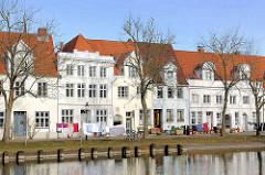 Wohnhäuser an der Untertrave in der Hansestadt Lübeck - Wäsche hangt zum Trocknen auf der Leine an der Trave.