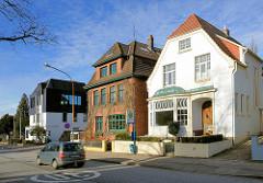 Alte und neue Wohnhäuser - Mecklenburger Strasse in Lübeck Schlutup.