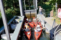 Mehrere Kanus in einer Schleuse in Schlepzig - Fahrt auf der Spree und den Spreearmen durch den Spreewald.