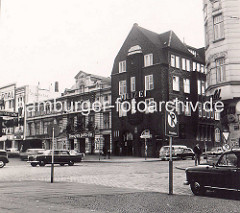 Alte Fotografie der Davidwache  und St. Pauli Theater  am Spielbudenplatz / Davidstrasse - Blick von der Reeperbahn, Kopfsteinpflaster und Strassenbahnschienen, Autos - schwarze Taxis der 1960 Jahre.