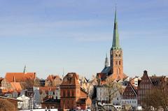 Blick über die Trave zur Lübecker Altstadt - Brückenwärterhaus der Drehbrücke über die Tave, Kirchturm der St. Jacobikirche - dreischiffige Backsteinhallenkirche, erbaut 1334 - den Seefahrern und Fischern geweiht.