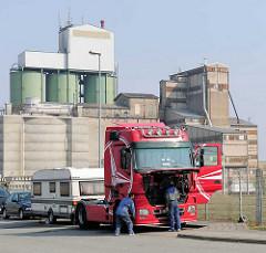 Lastwagen - Zugmaschine, Industriearchitektur - Gewerbegebiet Herrenwyk, Hansestadt Lübeck.