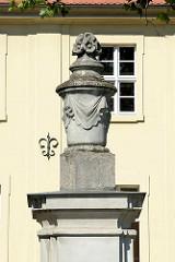 Steinamphore an der Einfahrt zum Ständehaus in Lübben / Spreewald.