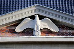 Adler mit ausgebreiteten Schwingen - Hausfassade Verwaltungsgebäude vom Wasser- und Schifffahrtsamt Lübeck; denkmalgeschützter Backsteinbau von 1937, ehem. Stabsgebäude der Walderseekaserne.