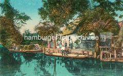 Colorierte historische Darstellung aus dem Spreewald - Spreewaldkähne am Ufer - Wohnhaus mit Fischernetzen, die zum Trocknen aufgehängt sind.