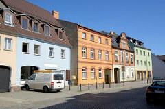 Wohnhäuser mit farbigen Fassaden - Kopfsteinpflaster; Strasse in Lübben (Spreewald).