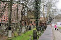 Jüdischer Friedhof in Lübeck Moisling - größer in Schleswig Holstein; angelegt im 17. Jahrhundert - im Hintergrund die 1910 errichtete Trauerhalle.