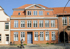 Historisches Backsteingebäude in der Torstrasse von Lübeck Travemünde.