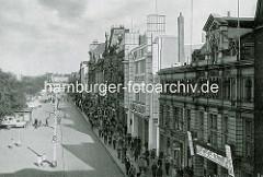 Altes Foto vom Spielbudenplatz auf Hamburg St. Pauli - Veranstaltungsgebäude Zillertal, Kino und Theater.