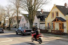 Einzelhäuser mit Dachausbau, schnell fahrender Motorroller - Mecklenburger Strasse Lübeck Schlutup.
