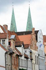 Hausfassaden - Erkerfenster, Kirchtürme der St. Marienkirche in Lübeck.