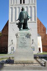 Bronzeskulptur / Paul-Gerhardt-Denkmal vor der Paul Gerhardt Kirche in Lübben (Spreewald) - der Liederdichter war von 1669 bis 1676 an der Kirche als Pfarrer tätig.