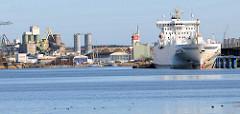 Frachtschiff am Ufer der Trave - Hafen Lübeck Schlutup; Industrieanlagen.