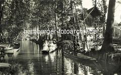 Historisches Bild aus dem Spreewald - Frauen in Tracht im Holzkahn - Briefträger in Uniform bringt die Post per Kahn.