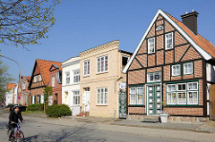 Unterschiedliche Baustile - Wohnhäuser in der Torstrasse von Lübeck-Travemünde - Radfahrer.