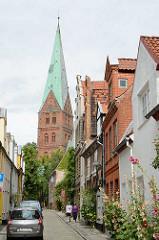 Wohnhäuser in der Weberstraße - Kirchturm der St. Aegidienkirche.