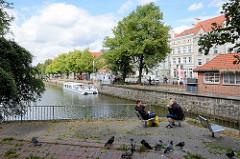 Trave in der Hansestadt Lübeck - ein Fahrgastschiff liegt abfahrtbereit am Anleger.