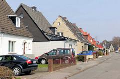 Einzelhäuser mit Satteldach - parkende Autos / Pkw in der Einfahrt - Herrenwyk, Hansestadt Lübeck.