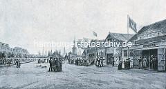 Holzbuden auf dem Spielbudenplatz, ca. 1840 - Künstlerbuden, Marionettentheater, Wachsfiguren Cabinette, Carousells und Polichinelle Kasten / Musik-Puppenautomat.