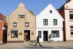 Alte Wohnhäuser in der Torstrasse von Lübeck Travemünde - Giebelverkleidung mit Holz und gelbe Verblendklinker.