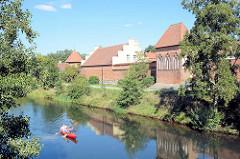 Teile der Stadtbefestigung von Lübben / Spreewald  - ein Kanu fährt auf der Hauptspree.