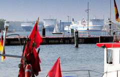 Blick über den Travemünder Fischereihafen zu den Fähren / Fährschiffen am Skandinavienkai - Fährverbindung Hansestadt Lübeck.