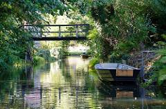 Holzbrücke über einen Spreearm in Lübben - Kähne am Ufer.
