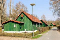 Einzelhäuser mit Nebengebäude - grüne Holzfassaden, Herrenwyk - Hansestadt Lübeck.